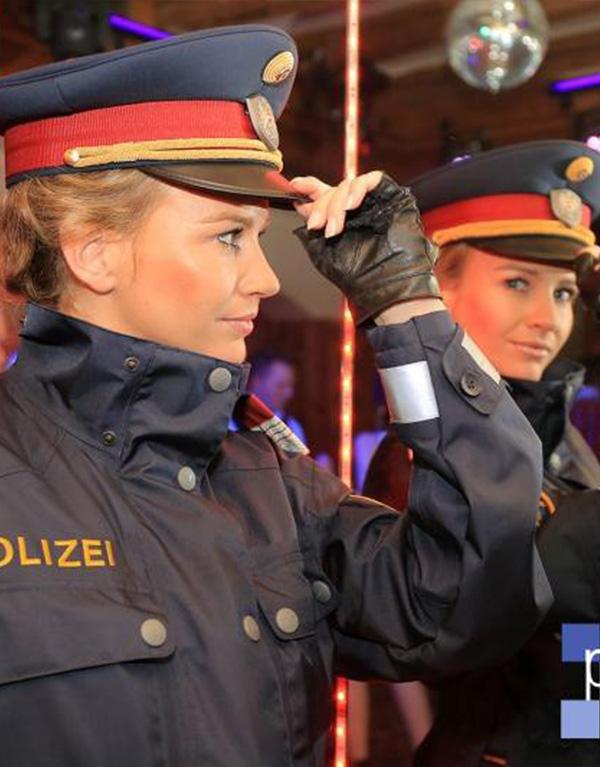 Sexy polizistinnen nackt